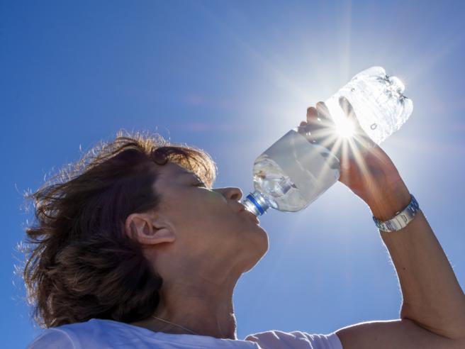Perché è necessario bere tanta acqua (soprattutto se non si è più giovani)