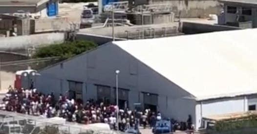 Migranti, fughe da Caltanissetta e Porto Empedocle: caos in Sicilia thumbnail