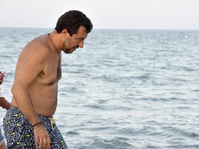 Salvini torna al Papeete, ma l'umore è nero: «Contro di me processo politico». L'ira verso Renzi