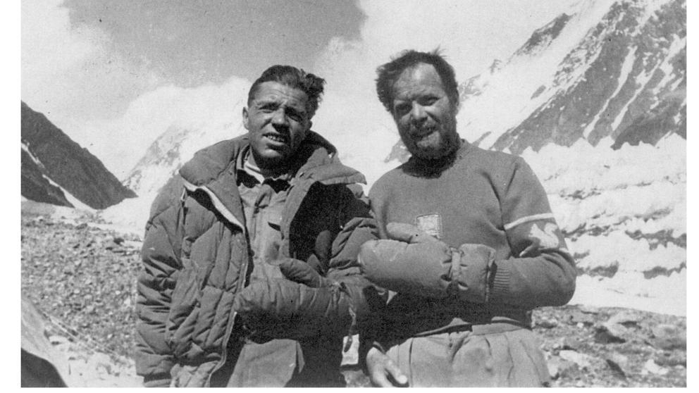 Achille Compagnoni (a sinistra) e Lino Lacedelli, i due alpinisti della spedizione guidata da Ardito Desio, che per primi arrivarono sulla vetta del K2 il 31 luglio 1954