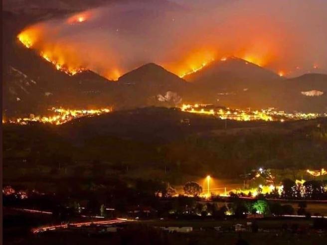 L'Aquila assediata dagli incendi dolosi, boschi devastati dalle fiamme Salvato un gruppo di giovani scout