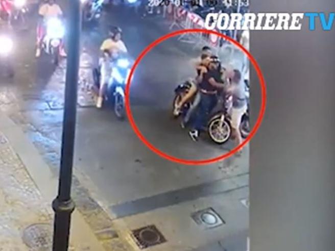 Castellammare di Stabia, carabiniere interviene per sedare una lite: pestato per strada, quattro arresti