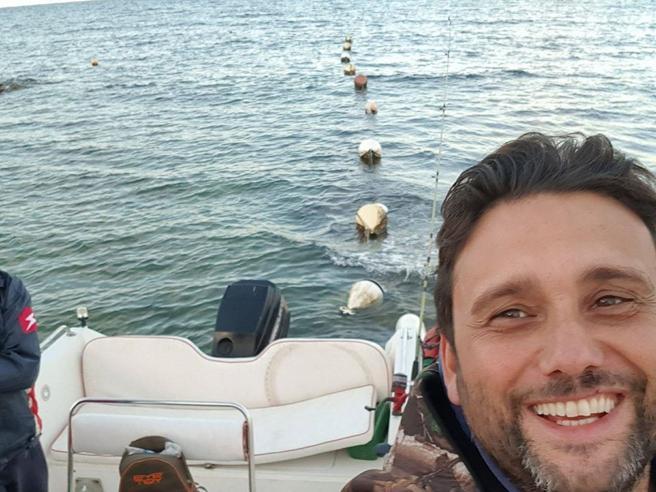A Bari un vigile del fuoco offre giri in barca gratis ai bambini autistici