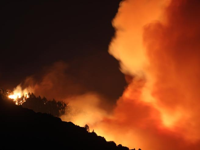 California, enorme incendio vicino a Los Angeles: 8 mila in fuga, «è fuori controllo»