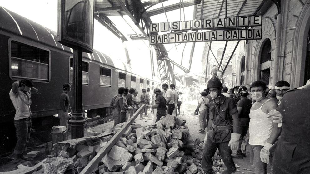 La distruzione provocata all'interno della stazione dall'ordigno piazzato nella sala d'aspetto di seconda classe, affollata di turisti in partenza per l vacanze (Ansa)