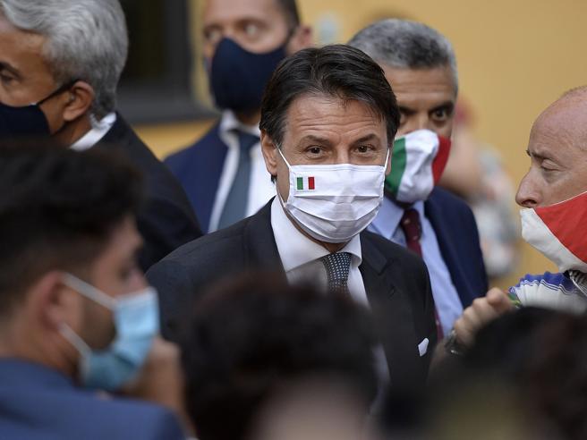 Migranti, Conte: «Non tolleriamo ingressi irregolari». A Lampedusa barchini e una nave per la quarantena