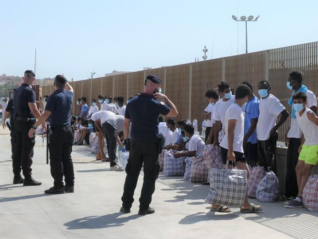 Migranti, l'ondata dei mini sbarchi. Fughe e proteste nei centri di raccolta