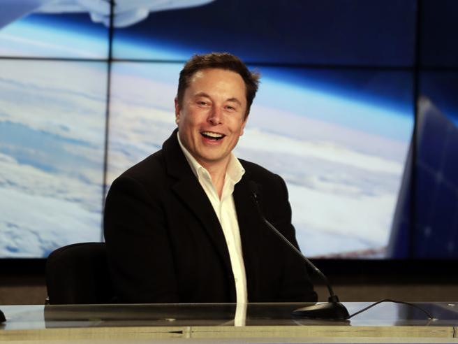 Elon Musk dice che le piramidi sono state costruite dagli alieni (e l'Egitto lo invita a visitarle)