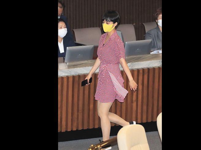 Seul, il vestito rosso e corto della parlamentare contro la misoginia fa scandalo. E va a ruba nei negozi