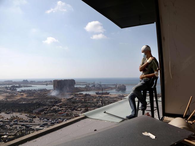 Esplosione a Beirut, il presidente: «Forse è stato un missile»