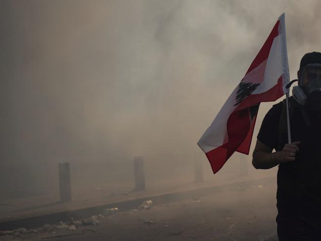 Beirut, scene di guerriglia in centro: ucciso un uomo delle forze di sicurezza