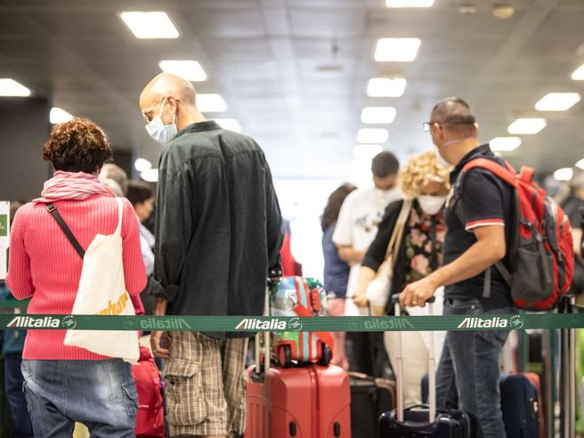 «Monopolizzato»il 90% dei voliLa bandiera Alitalia sulla pista di Linate