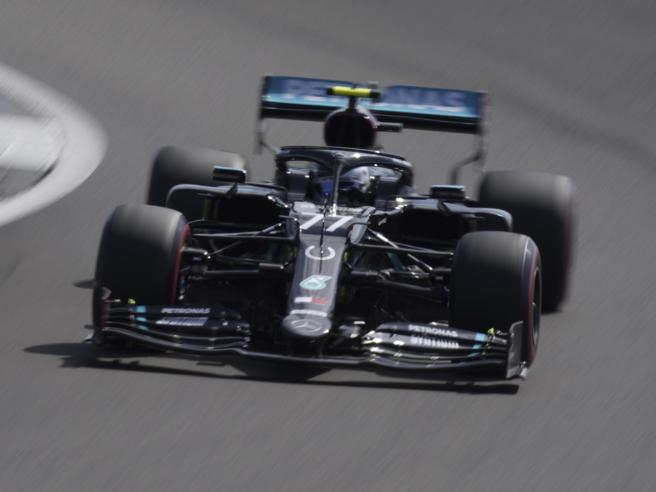 F1, Gp del 70esimo anniversario: Bottas in pole, poi Hamilton, in ombra le Ferrari
