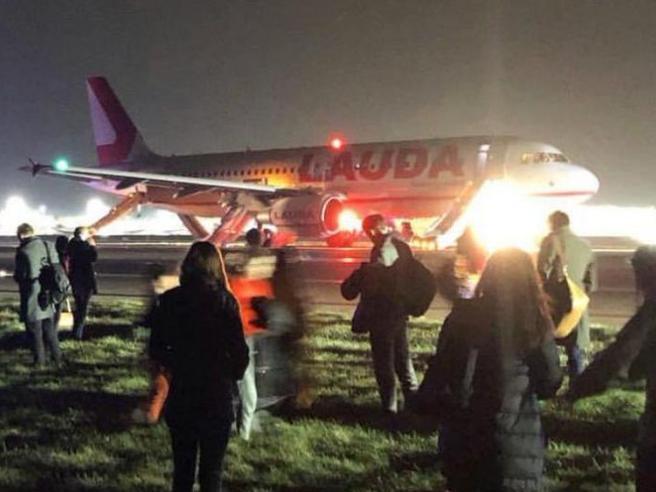 L'aereo non decolla, caos a bordo tra ordini mai dati e passeggeri in fuga con il bagaglio a mano