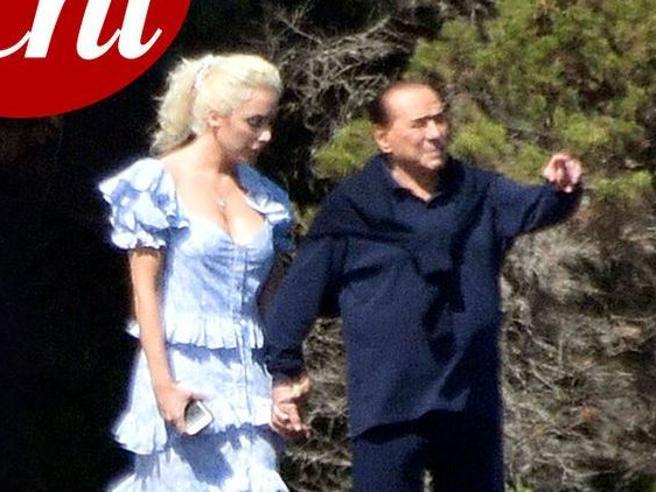Silvio Berlusconi e la compagna  Marta Fascina mano nella mano in Sardegna