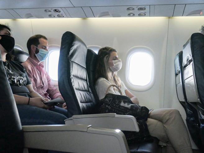 Aerei, è caos sulle mascherine: «In volo ammesse solo quelle chirurgiche»