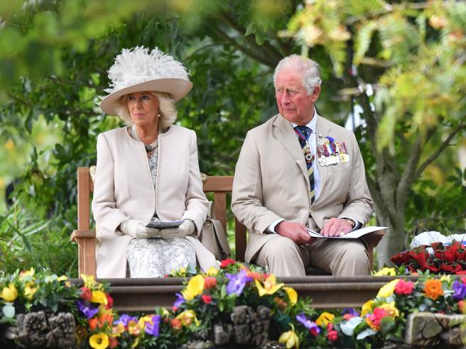 Il Ferragosto di Carlo e Camilla alla commemorazione di guerra