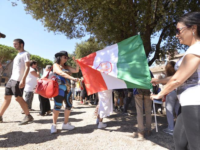 Manifestazione negazionisti a Roma: in piazza «contro la dittatura sanitaria»