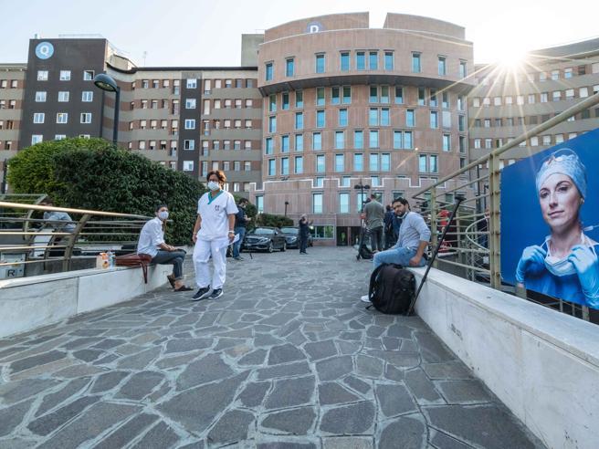 Berlusconi, al San Raffaele: «Nel tampone carica alta. Le cure con gli antivirali per combattere il Covid»