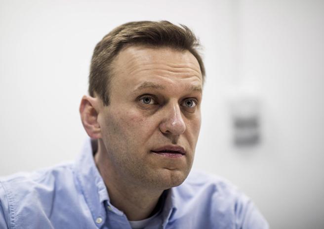 Il leader dell'opposizione russa Alexei Navalny esce dal coma: «È reattivo»
