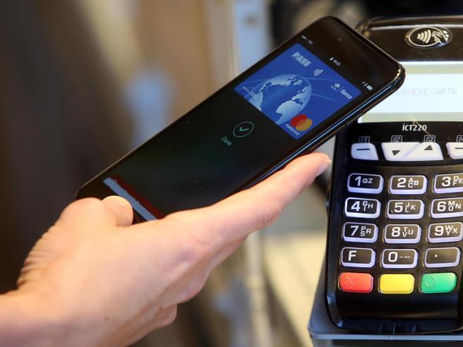 Bonus fino a 300 euro per chi paga con carta di credito o bancomat. Via dal 1° dicembre