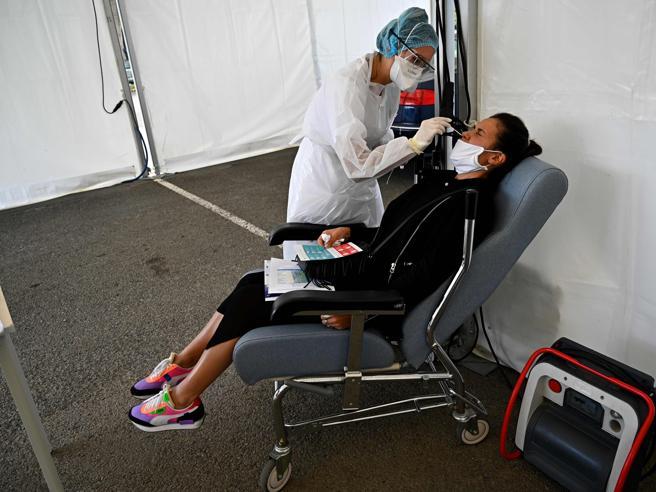 Coronavirus, la Francia decide di ridurre la quarantena a sette giorni