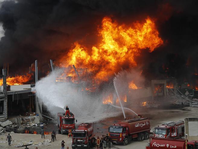 Beirut, gigantesco incendio al porto, non ci sarebbero vittime
