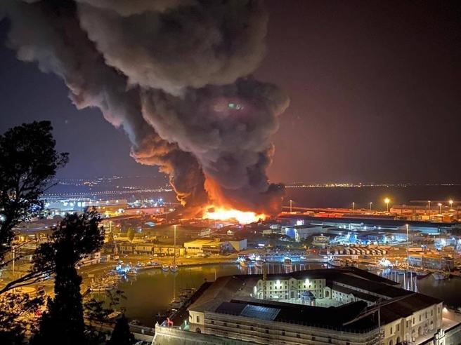 Ancona, incendio devasta il porto. Odore acre nell'aria, il Comune chiude  scuole e parchi