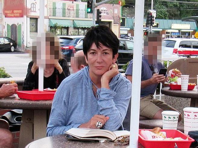 Le prigioni di Ghislaine: così l'ex regina dell'alta società gestiva le vittime di Epstein