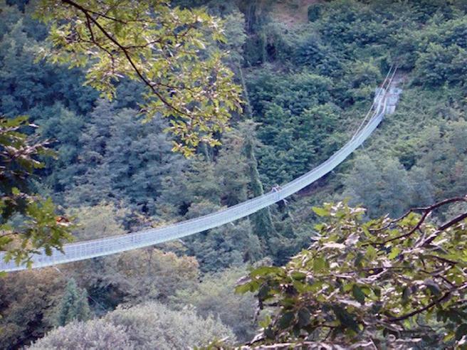 Uccide la compagna poi si getta da un ponte tibetano alto 36 metri
