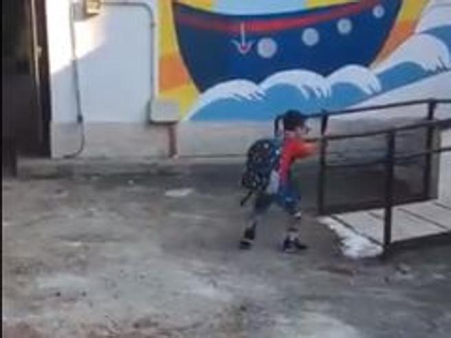 Sirio entra a scuola da solo. I medici avevano detto: «Non potrà più camminare»