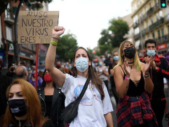 Coronavirus in Spagna, a Madrid centinaia di persone protestano contro le restrizioni