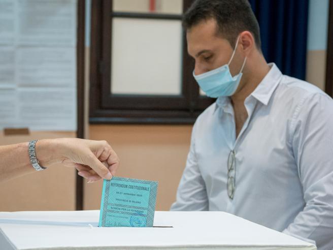 Referendum: alle 19 l'affluenza è del 28,9%Per Berlusconi voto a domicilio ad ArcoreTampone a  1.300 scrutatori di Padova