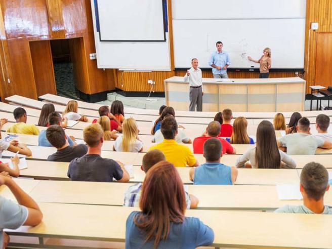 Università, al via l'anno a distanzaMatricole, evitato il crollo: si studia vicino a casa