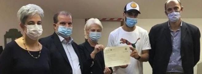 Suarez con il certificato. Da sinistra gli indagati  Stefania Spini,  Simone Olivieri,   Giuliana Grego Bolli e    Lorenzo Rocca