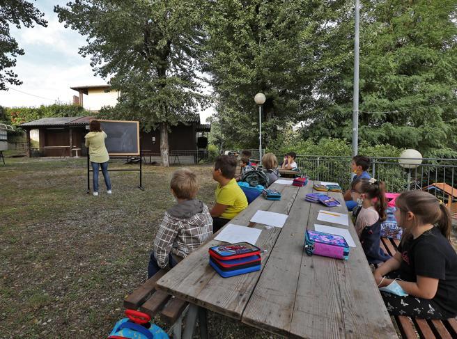 Val Versa, la scuola è solo all'aperto studenti fuori dalle aule tutto l'anno