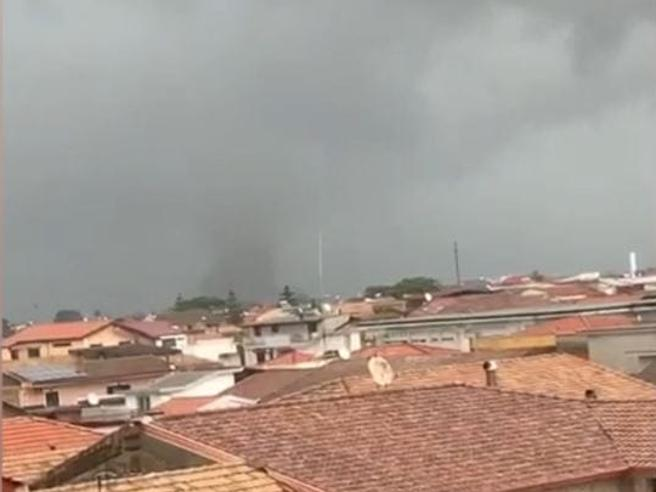 Allerta meteo, tempeste e danni in tutta la Campania. E domani al Sud attesi ancora grandine e vento forte