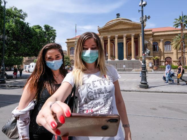 Covid, ordinanza Musumeci: anche in Sicilia mascherine obbligatorie all'aperto