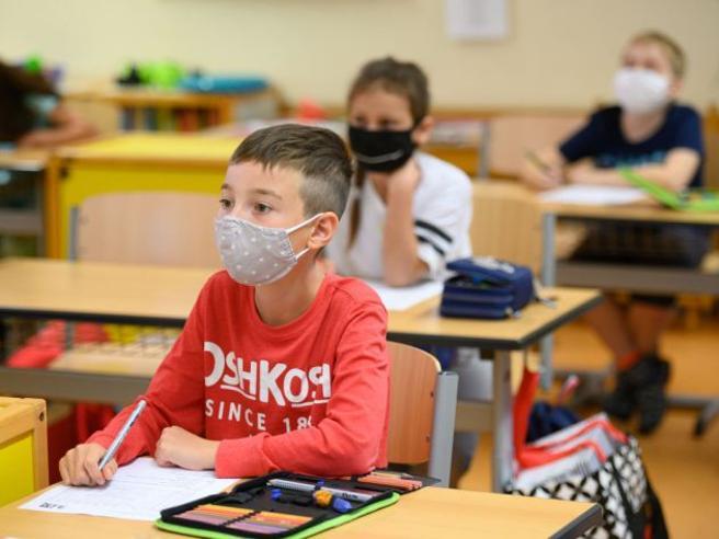 Mascherine in classe, caos in Sicilia e nel Lazio. E a Ravenna interviene il Comune