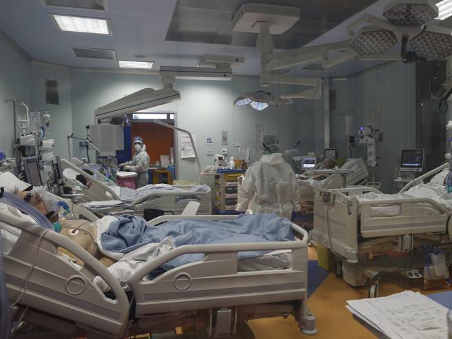 Covid, le Regioni riattivano reparti e ospedali dedicati: «Pronti 11 mila posti di terapia intensiva»