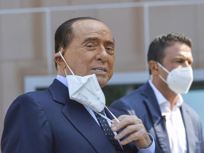 Berlusconi, compleanno con il Covid: isolato ad Arcore. Le telefonate dei rivali