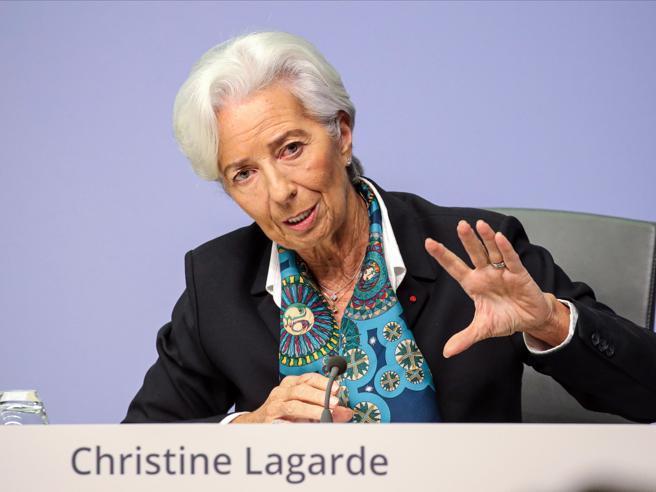 Inflazione negativa per il quinto mese. Lagarde apre a una revisione