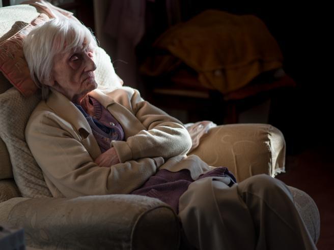 Il delirio potrebbe essere il sintomo «chiave» del virus negli anziani fragili