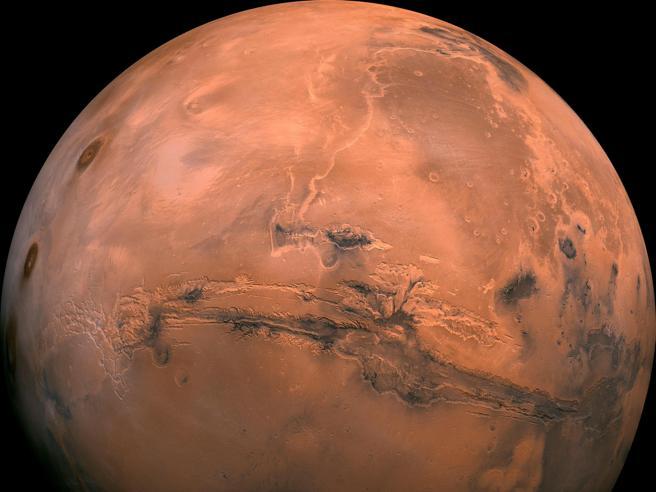 La notte brillante di Marte: allineato con Sole e Terra alla distanza minima
