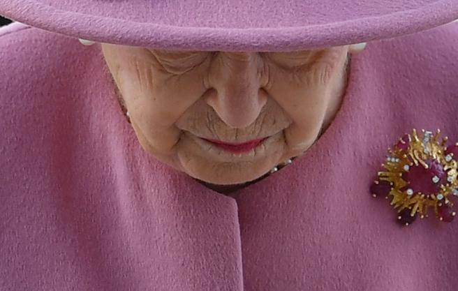 Il senso di Elisabetta per il Paese, la regina scende di nuovo in campo