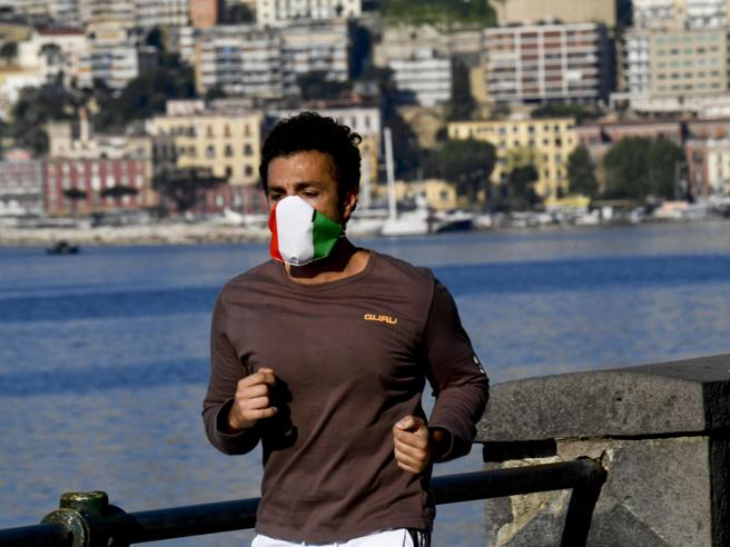 Campania scuole chiuse: maestro fa lezione dal balcone e diventa virale