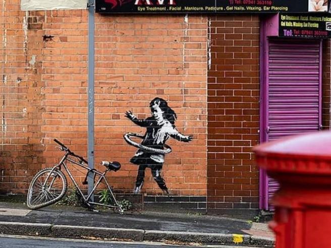 Banksy, la bimba dell'hula hoop è sua: un segnale di vicinanza a Nottingham, colpita dal Covid