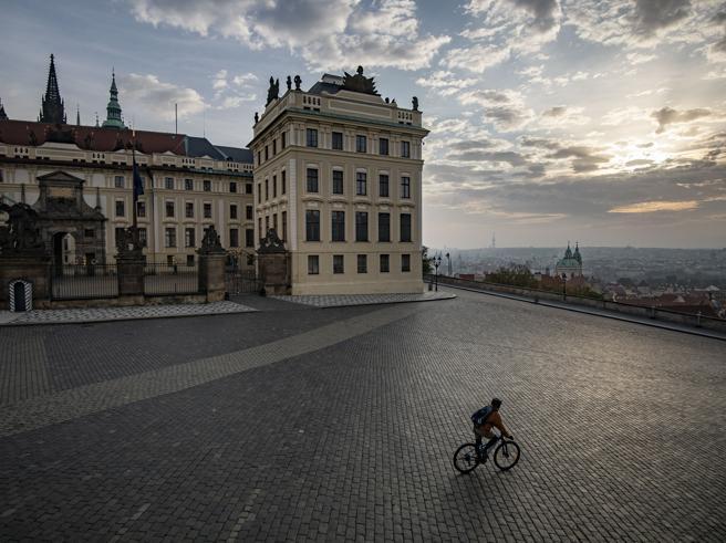 Repubblica Ceca, il focolaio d'Europa entra in lockdown: «Ospedali pieni all'80%, tra 16 giorni finiamo i posti»