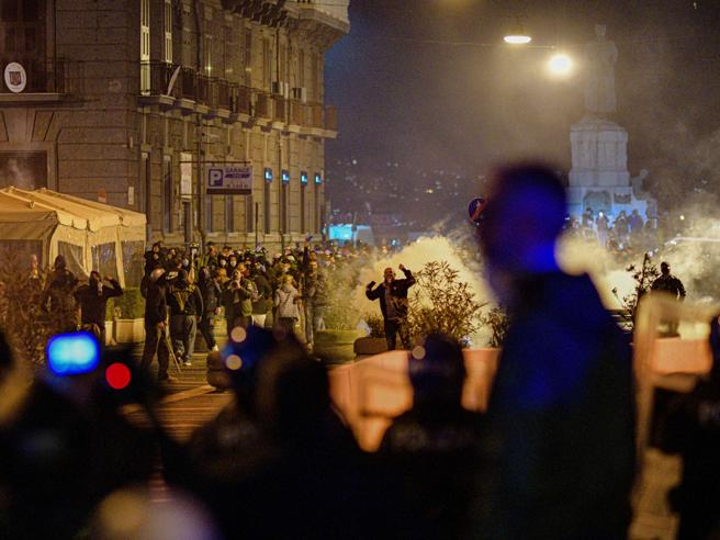 Coprifuoco, arresti e nuovi scontri a Napoli. «Sono violenze preordinate»