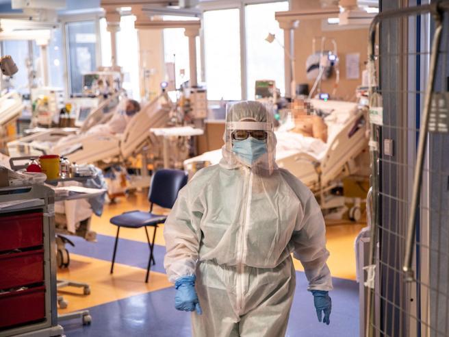 Ricoverati per Covid e sintomatici, chi sono e perché rischiano di saturare gli ospedali